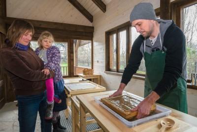 Výrobu sloního papíru si můžete užít také spolu se skupinou svých přátel nebo jako skvělou teambuldingovou akci. Foto: Petr Hamerník, Zoo Praha