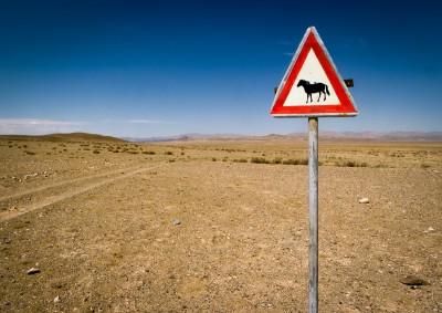 Fotoobraz - Dej přednost, dopravní značení v oblasti Tachin talu