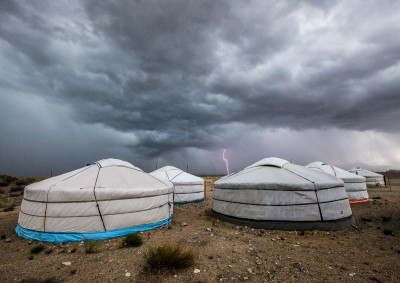 Fotoobraz - Jurty v bouři v Tachin talu