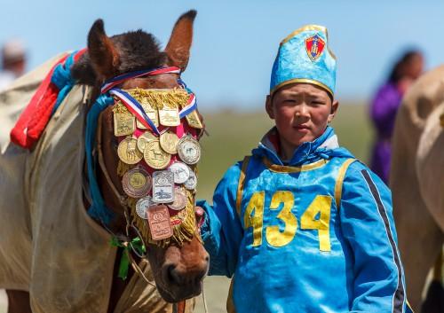 Fotoobraz - Syn trenéra E. Davánjama s vítězným koněm závodu během nádamu
