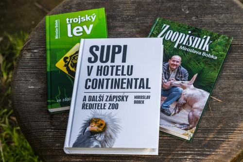 Balíček knih ředitele zoo Miroslava Bobka